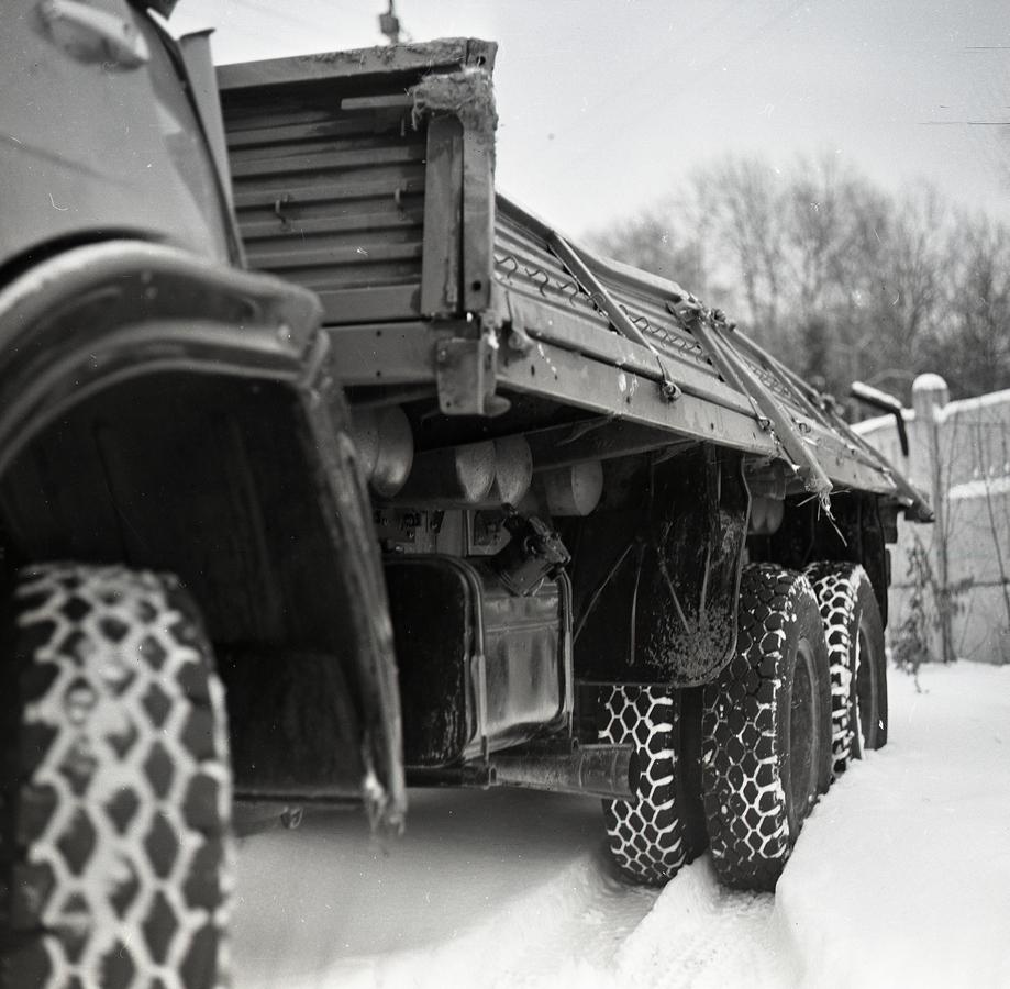 Грузовик КАМАЗ-53218 после испытательного переворота с косогора. Несмотря на повреждение грузовой платформы крепление газовых баллонов сохранилось в штатном режиме