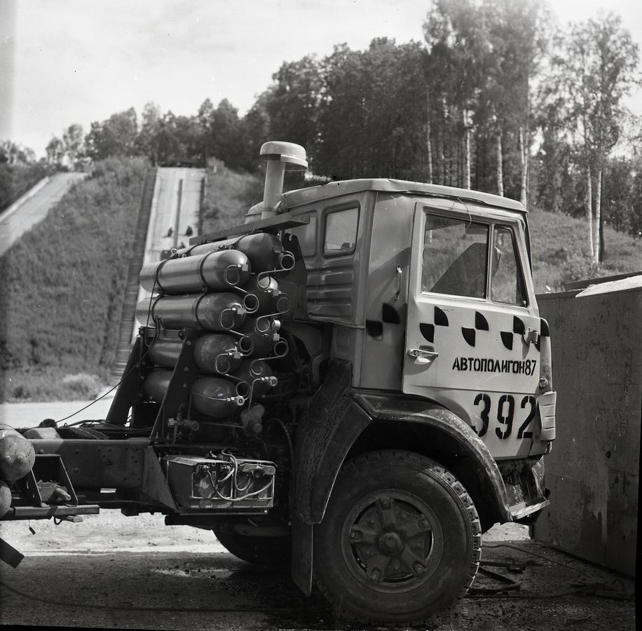 Седельный тягач КАМАЗ-54118 после фронтального столкновения с бетонным кубом