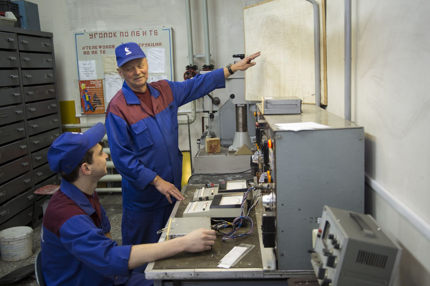 Наставник Алика, бригадир 315 бригады электриков, Евгений Филаретович Анисимов, передаёт уникальный опыт