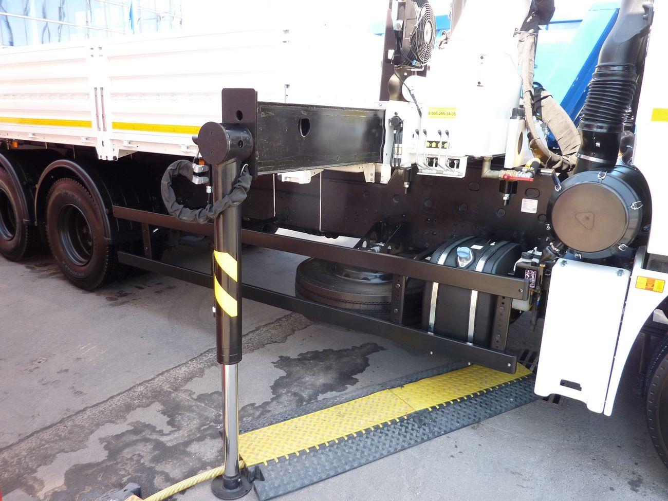 Телескопические опоры встроены в основание стойки крана, выдвигаются при помощи гидравлики, но разворот стоек опор из рабочего в транспортное положение производится вручную