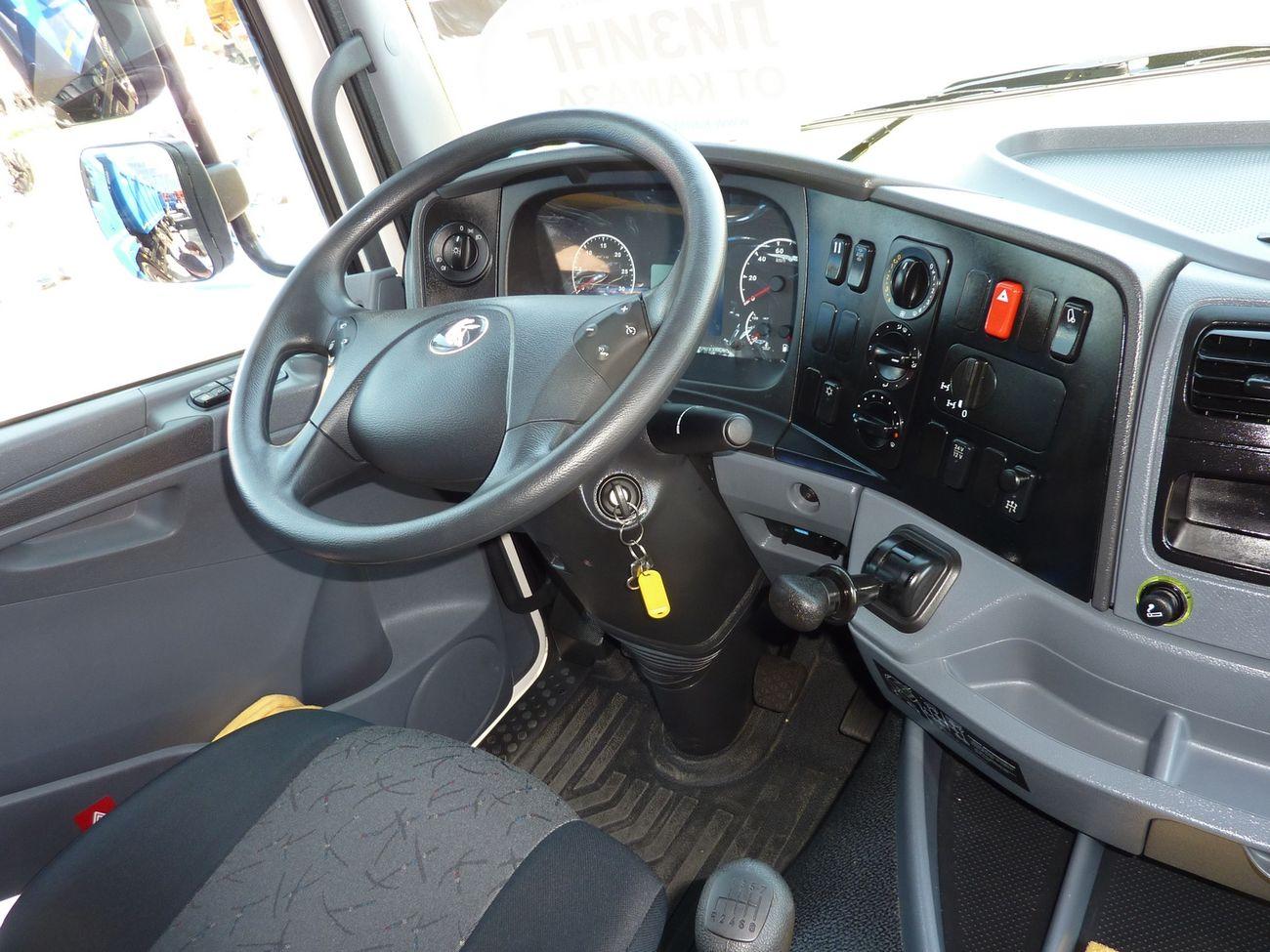 Удобное рабочее место водителя с сиденьем на пневмоподвеске, регулируемой рулевой колонкой, мультирулём и прочими атрибутами комфорта