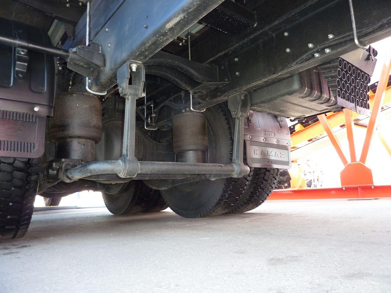 В отличие от КАМАЗ-65117 с задней балансирной подвеской новинка получила заднюю пневмоподвеску, индивидуальную для каждой оси