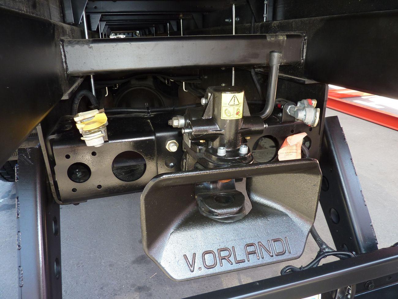 Беззазорное тягово-сцепное устройство фирмы V.Orlandi свидетельствует о возможности использования машины с прицепом массой до 18 т