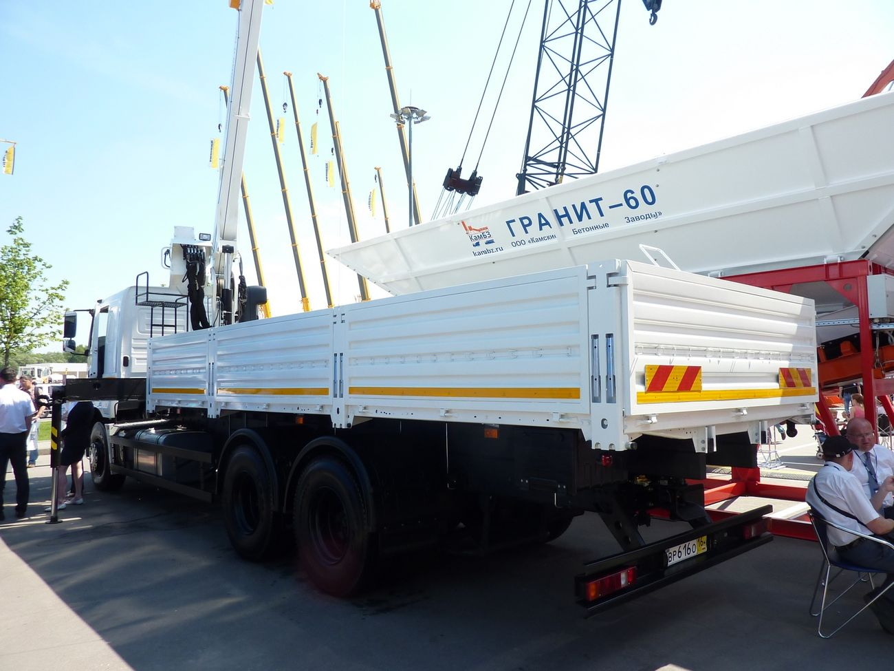 Укороченная на один метр по сравнению со стандартной (длина 7818 мм) бортовая платформа высвободила место за кабиной для крана