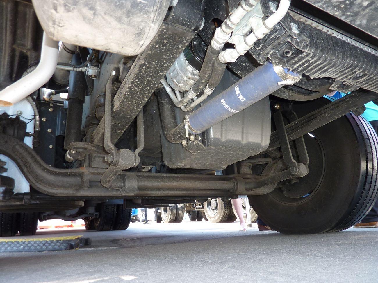 Кованая балка переднего моста расположена ниже картера двигателя