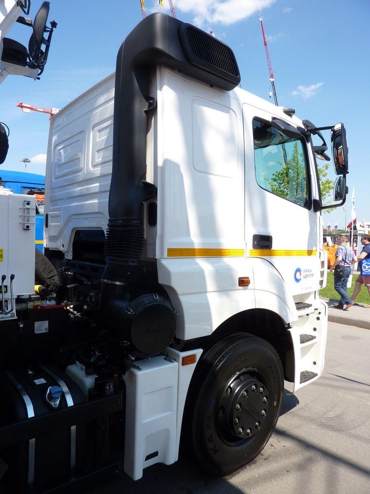 Воздухозаборник двигателя предусмотрительно выведен максимально высоко над дорогой, чтобы в него не попадала летящие из-под колёс грязь и пыль