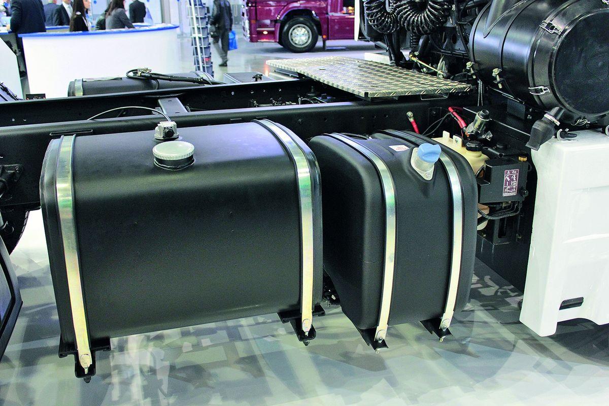 Бак с реагентом AdBlue, выключатель массы, расширительный бачок системы охлаждения двигателя, корпус воздушного фильтра расположены по правому борту. Разумное решение, так как обслуживать эти узлы со стороны обочины безопаснее