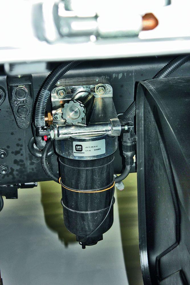 Фильтр-сепаратор с подогревом, а вот кнопки ручной подкачки нет, в двигателе ОМ 457 это делает предварительный насос (Euro 5)