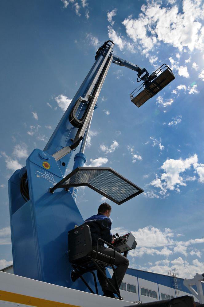 Грузоподъемность рабочей платформы даже при максимальном вылете составляет 300 кг, что эквивалентно массе трех человек в экипировке с инструментом
