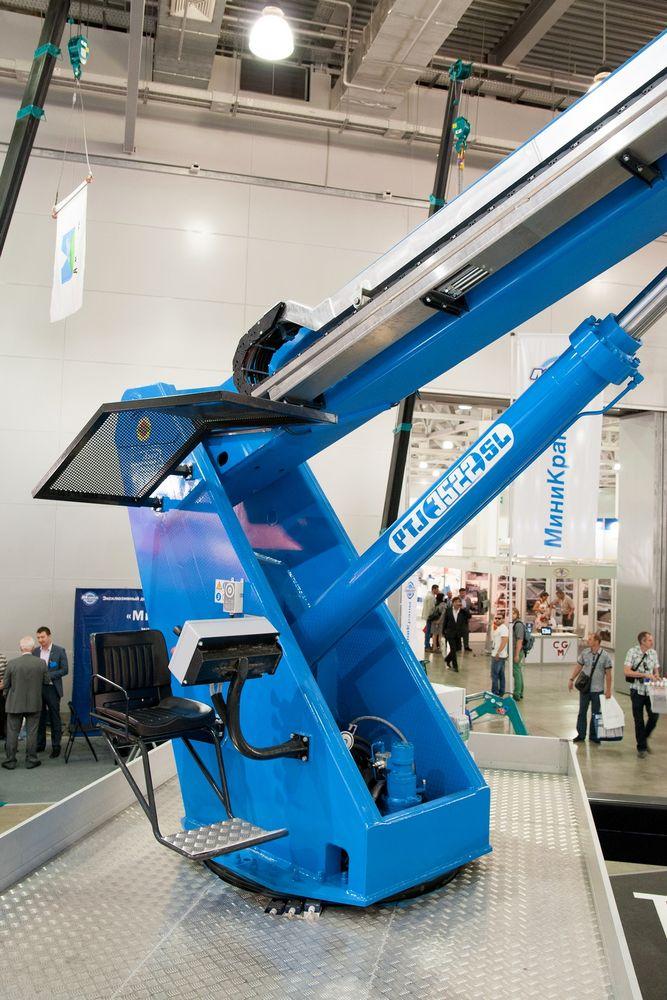 Опорная колонна гидроподъемника и стрела выполнены из высокопрочной конструкционной стали, выдерживающей предельные нагрузки