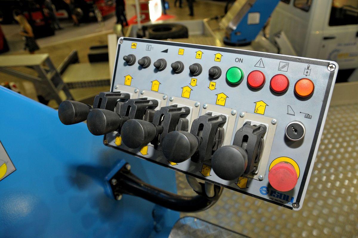 Управление гидроподъемником сделано буквально на интуитивном уровне: в рычагах, кнопках и тумблерах помогают разобраться соответствующие изображения