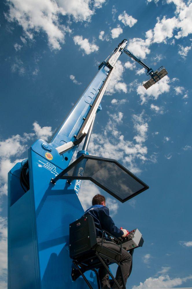При работе на малых высотах оператор может управлять гидроподъемником Isoli PTJ 35.22 SL с нижнего пульта, а на больших высотах удобнее воспользоваться управлением из рабочей платформы