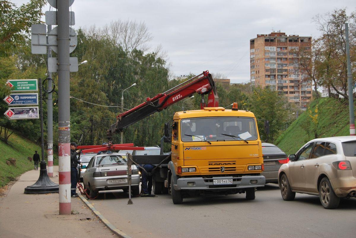 Типичная для современных городов картина: припаркованную в нарушение ПДД легковушку принудительно эвакуируют соответствующие муниципальные или частные службы