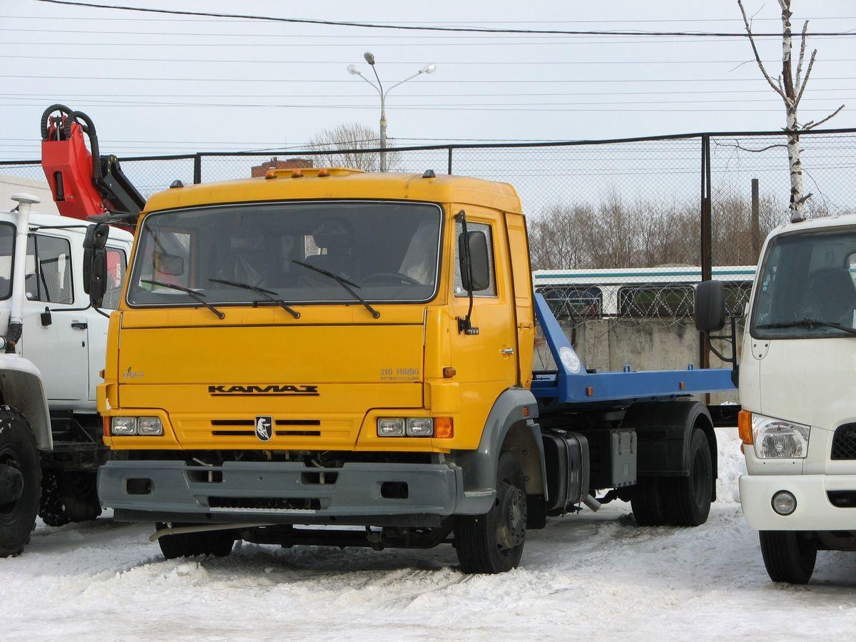 КАМАЗ-4308 в качестве шасси под эвакуатор начали применять в конце 2004 г. В отличие от предшествующих среднетоннажников РИАТ-КАМАЗ-5355 у новинки было  оригинальное оформление передка
