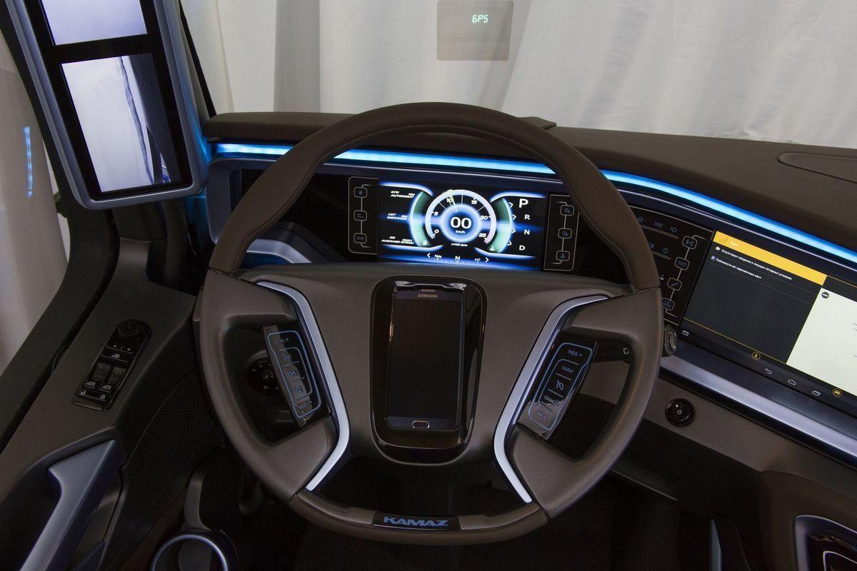 Приборная панель с электронным спидометром и сенсорной панелью управления. В ступицу рулевого колеса имплантирован смартфон