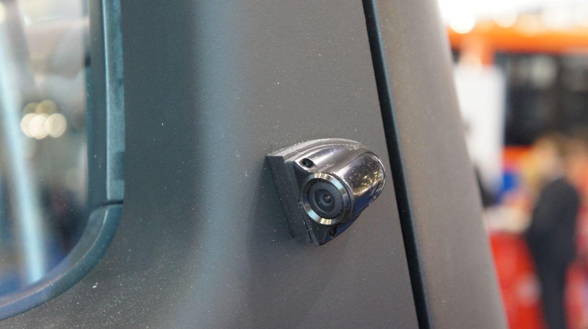 Вместо наружных зеркал заднего вида используются компактные всепогодные видеокамеры