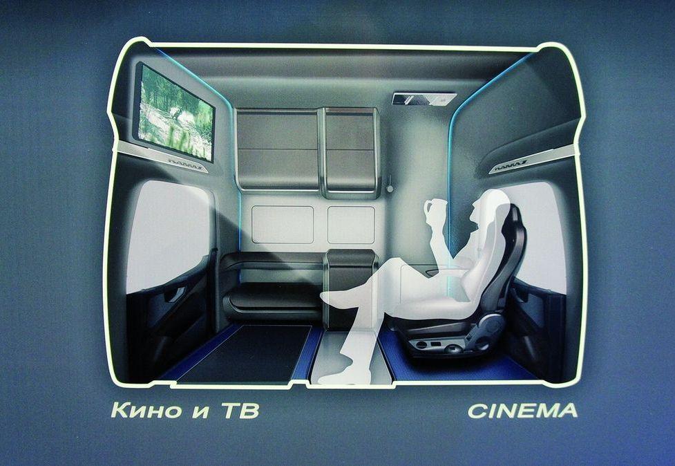 Развернув кресло, непосредственно с водительского места можно смотреть ТВ-передачи и записанные на DVD кинофильмы