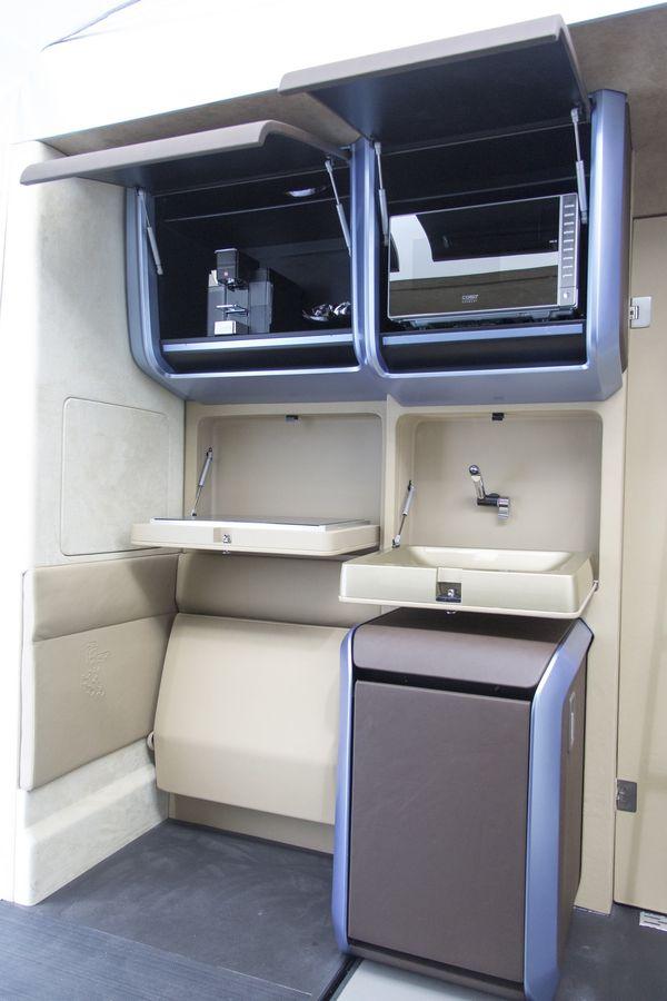 Бортовая мини-кухня имеет полный набор, в котором есть СВЧ-печь, кофе-машина, индукционная варочная панель и холодильник. И всё это компактно складывается