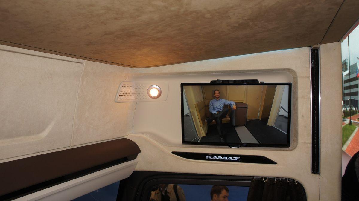 В правую часть кабины прямо над дверью встроен ЖК-телевизор с большой диагональю. При необходимости его можно развернуть