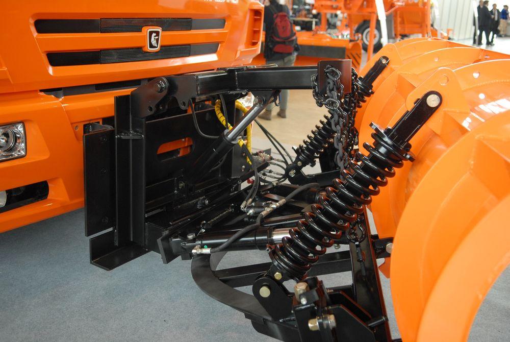 Подпружиненная подвеска отвала защищает базовый автомобиль от ударов и сохраняет навесное оборудование от повреждений