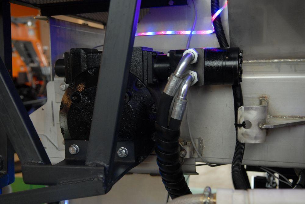 Червячный редуктор привода разбрасывателя уменьшает нагрузку на гидромотор