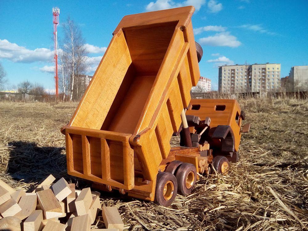 Модель самосвала КАМАЗ из дерева