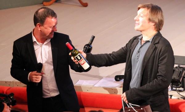 Миндаугас Карбаускис с бутылкой вина