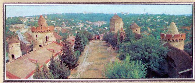 4. Подвір'я Старої фортеці з її західних мурів