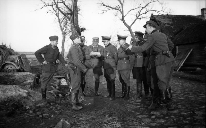 Bundesarchiv_Bild_101I-280-1075-15A,_Russland,_Kaminski_mit_Polizeioffizieren