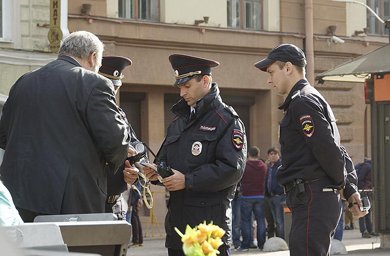 Полицаи смотрят  доки адвоката DSC00633 сеть 800