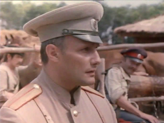 есть белый офицер с гитарой фото из кино может