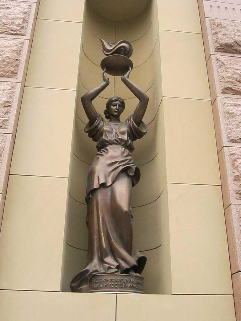 Богиня Гестия или Веста. Скульптура в Новосибирске