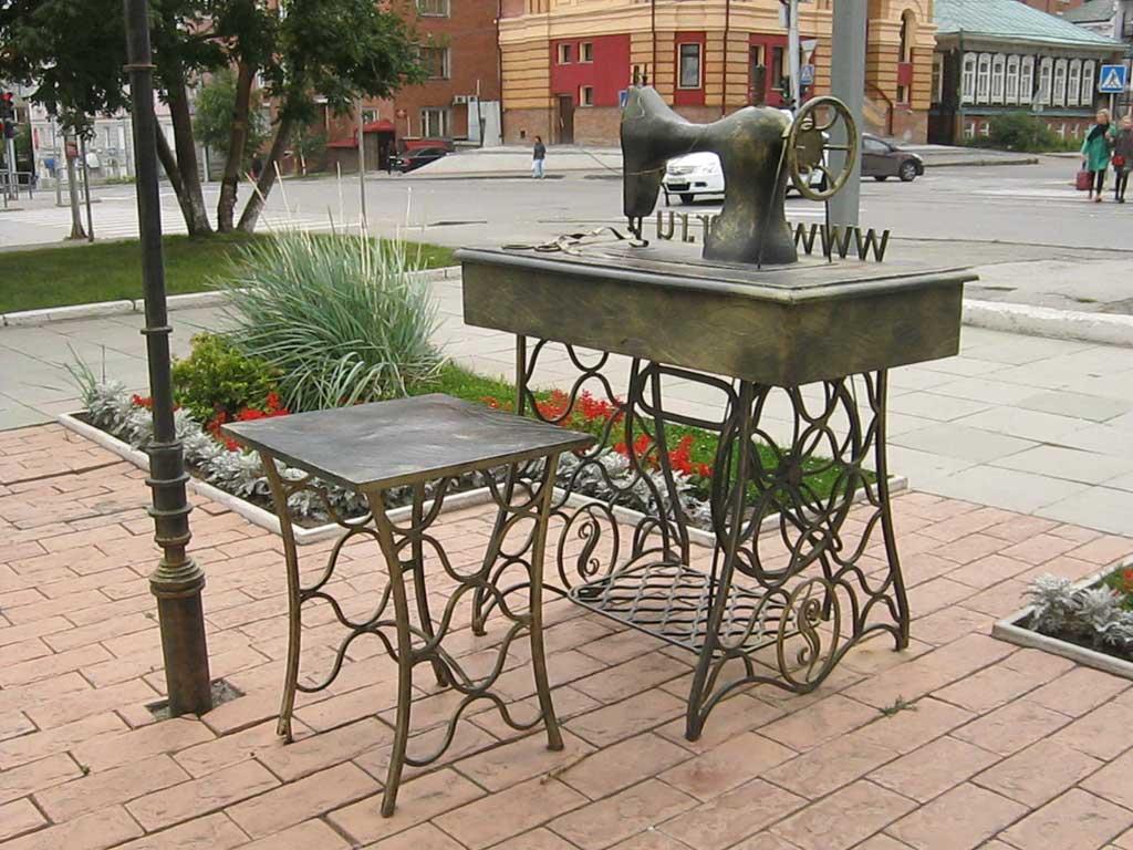 Памятник швейной машинке в Новосибирске