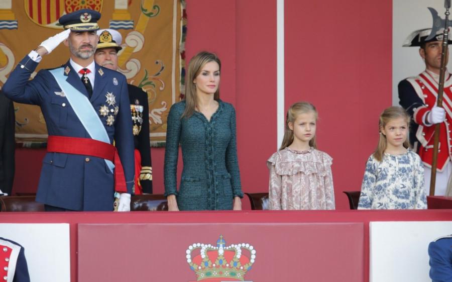 Los-reyes-Felipe-VI-y-Letizia-presiden-por-primera-vez-la-Fiesta-Nacional