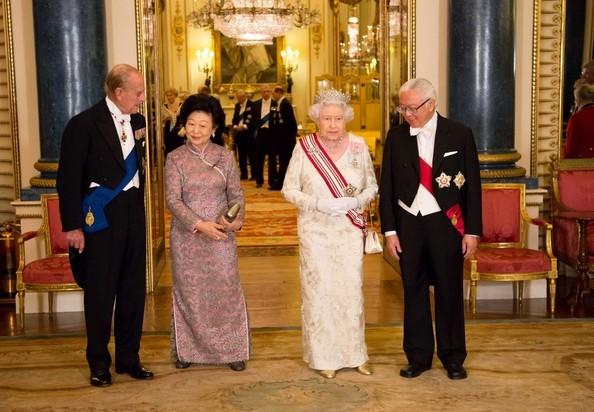 Queen+Elizabeth+II+Singapore+Visit+State+Banquet+ytB9YoBbB2Cl