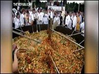 2 тонны куриного жаркого с овощами приготовили в США