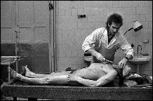 Работник морга поднял тревогу и вызвал врачей, которые реанимационными действиями оживили «мертвеца».