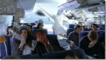 На первой фотографии видна здоровенная дыра в фюзеляже самолёта
