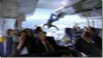 На втором снимке отчётливо видно как в дыру засасывает одного из пассажиров