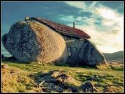Дом в камнях