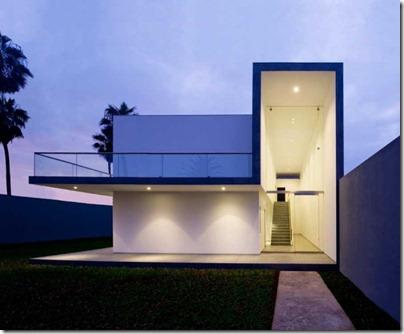 House in La Encantada - ассиметричный минималистский дом, построенный в Лиме по заказу одной семьи, и спроектированный архитектурной студией Artadi Arquitecto.