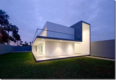 Необработанный бетон, белоснежная штукатурка, система наружной подсветки, стекло, а также простая геометрия форм создаёт перфектный союз.