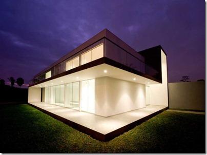 Компактная и выразительная архитектура дома стала фоном для внутренних помещений - гостиной, столовой, кухни, частных апартаментов, технических помещений и санузлов
