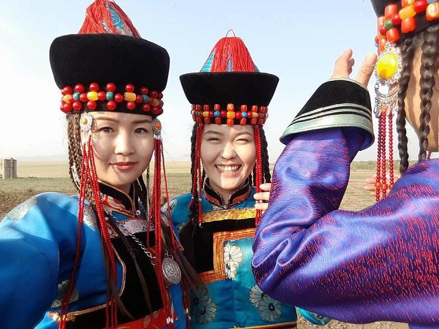 Сойотские девушки. Как видно, одежда также больше монгольского типа, чем тюркского