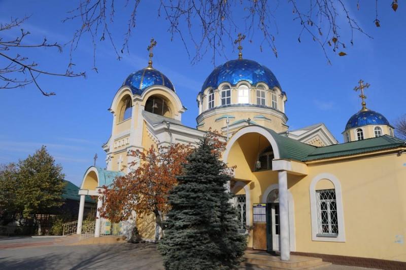 Успенский собор, центр епархии. Я понимаю, что это выгоднее в управлении, но по статусу со Знаменским собором эта церковь центральной не выглядит.