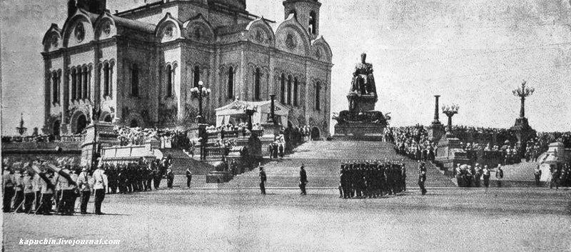 Прохождение пехоты церемониaльным маршем