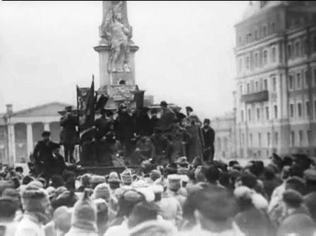 У монумента конституции 1921 год