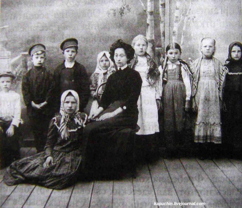 Сельская учительница Борункова с учениками Городновской школы Данковского уезда Рязанской губернии, 1913 год