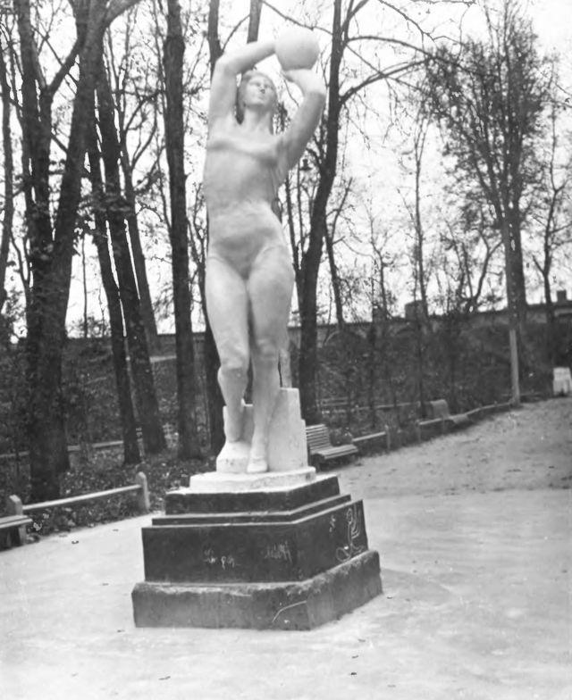 Девушка с мячом из Смоленского ЦПКиО (фото 1930-х годов)