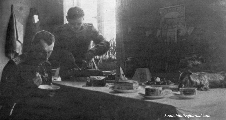 Пасха на фронте - за пасхальным столом на фронте -  из журнала Искры №13 за 1917 год